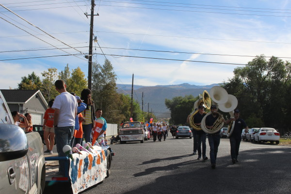 Snow College's clubs get  their floats ready and lined up for the parade.  Photo by Brynnlee Nelson.